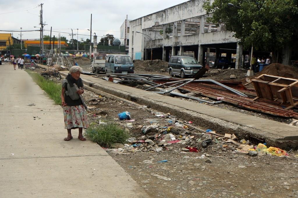 Die alte Filipina bettelte uns im Vorüberfahren an, es tut weh, wenn man das betrachtet!