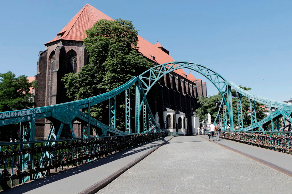 Die Tumsky Brücke mit der Kirche der Jungfrau Maria a.d. Sande (Kościół Najświętszej Maryi Panny na Piasku)