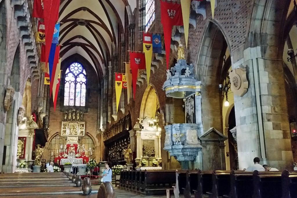 Hauptschiff (68 m lang und 22,7 m hoch) des Breslauer Dom´s, Kathedrale Johannes der Täufer, mit Blick auf den Altarraum