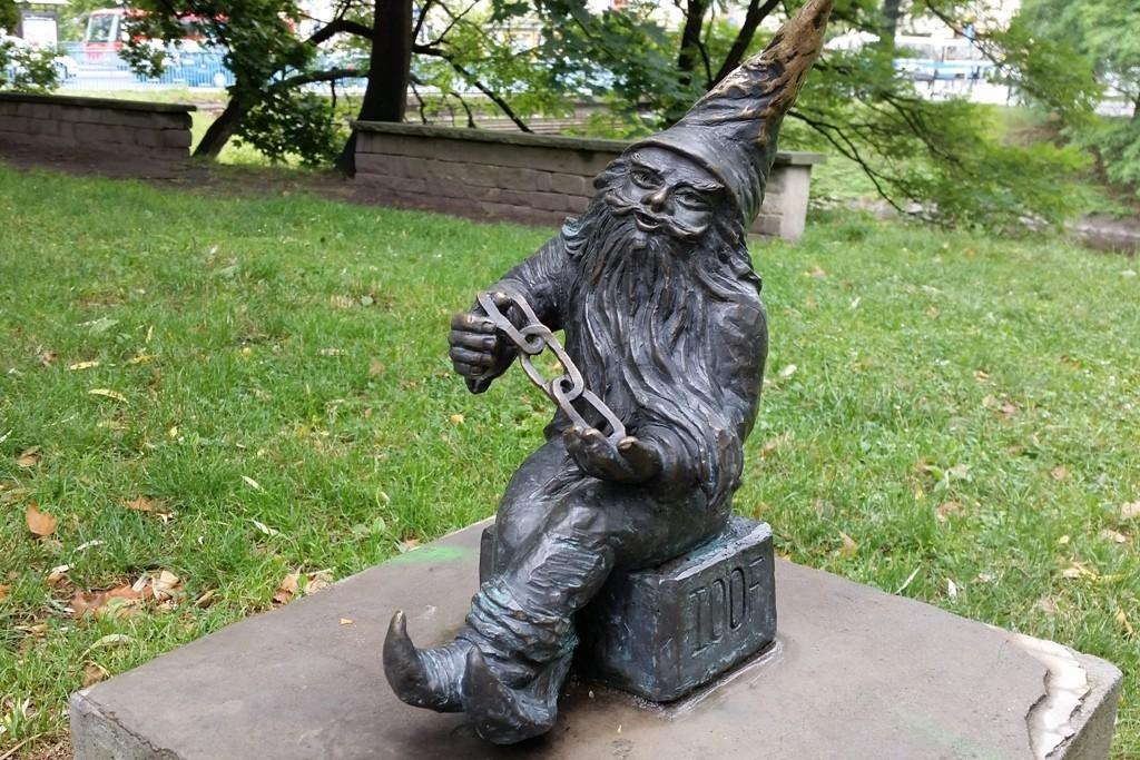 ...der Zwerg OddLudek im Alten Stadtpark - mit dem Wassergraben neben der Statue des Kopernikus