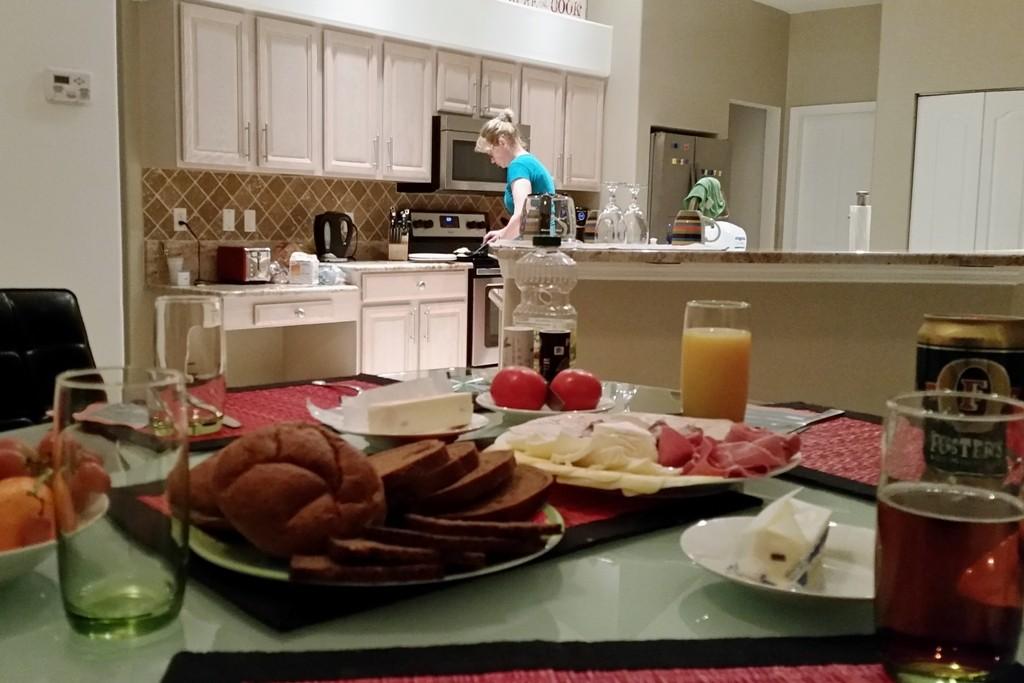 Vorbereitung des Abendbrotes, hier in der Villa, draußen war es zu frisch!