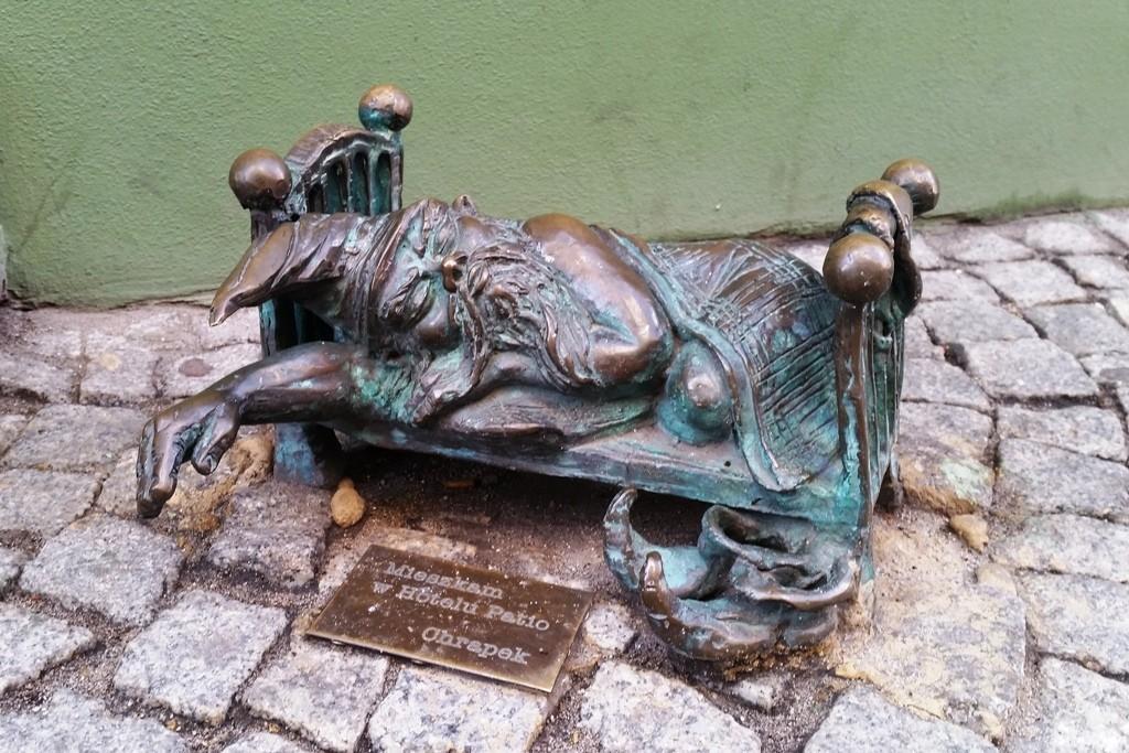 """Der schlafende Chrapek steht vor dem Hoteleingang des """"Patio""""!"""