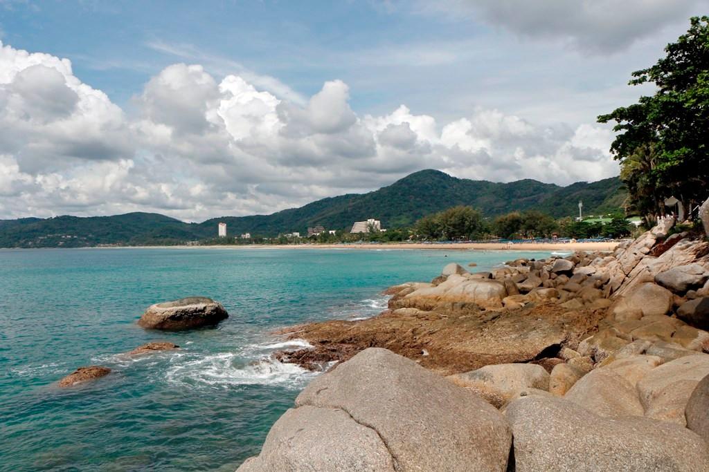 Die Bucht und der Strand von Karon von Kata (Pu Island) aus gesehen