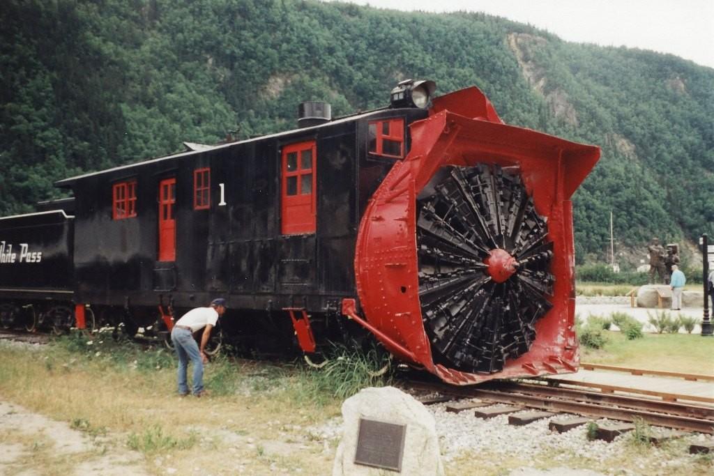 Die historische Schneefräse von 1898, allein das Rotationrad der Dampfmaschine wiegt lasche 70 to