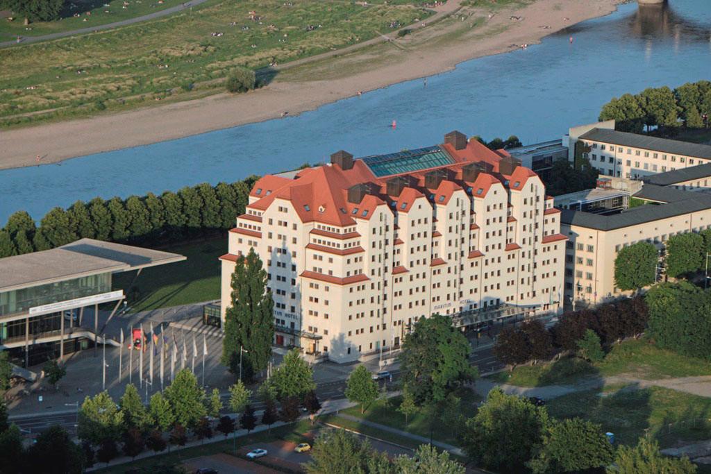 """Dresdens Stadtspeicher - oder bekannter unter Erlweinspeicher wurde 1913/14 durch Stadtbaurat Hans Erlwein erbaut. Die Nutzfläche ca.19.800 qm, eine Breite von 36 m, 76 m Länge und einer Firsthöhe von 39,50 m, ist ein Koloss, heute Hotel """"Maritim""""!"""