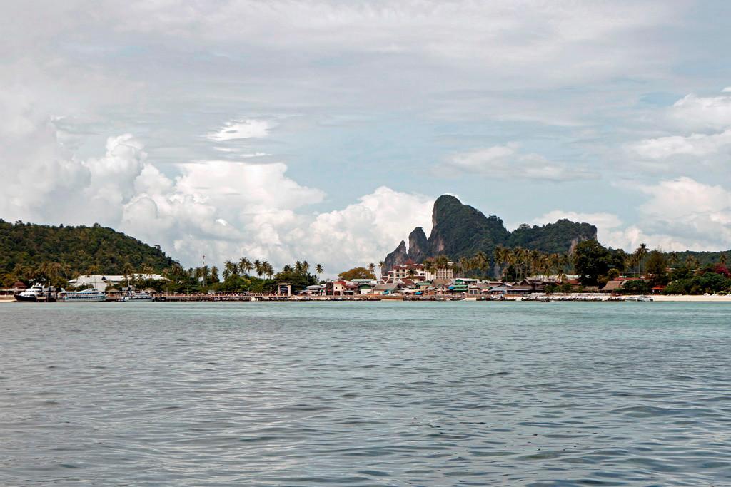 Wir fahren Koh Phi Phi Don an. Vor uns liegt die Ton Sai Bay und Baan Ton Sai. Die Insel wurde erheblich durch die Tsunamikatastrophe (2004) in Mitleidenschaft gezogen und kostete über 850 Menschenleben. Jetzt ist davon nichts mehr zu spühren.