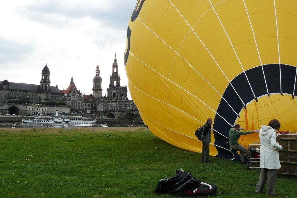 Mit Hilfe eines Ventilators wird Luft in den Ballon geblasen