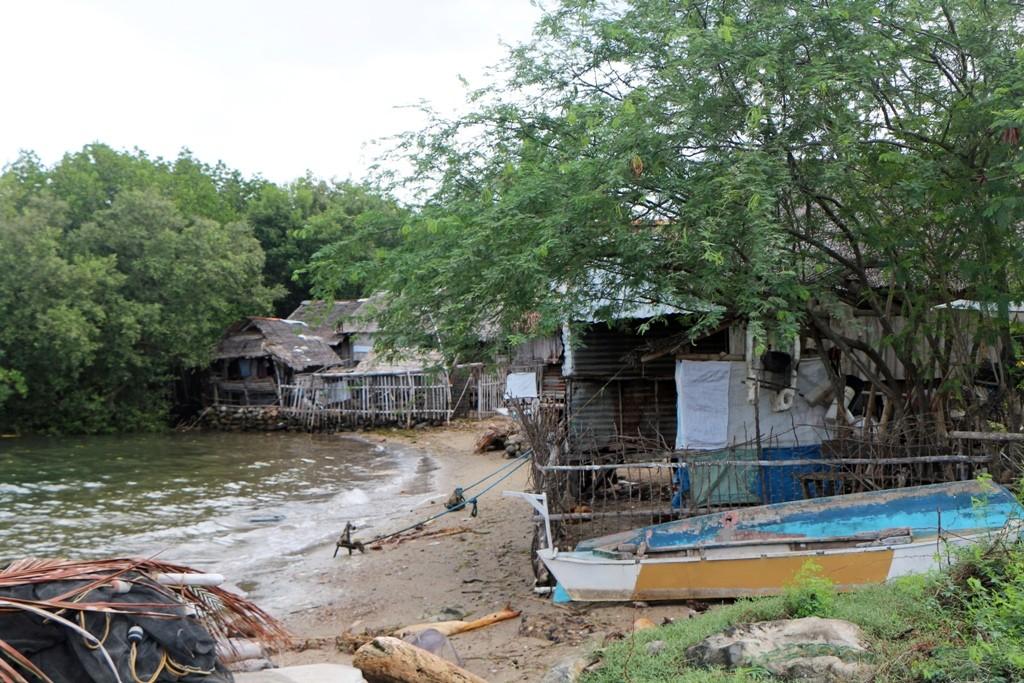 Fischerhütten (Payag - Hütte im Allgemeinen) dicht am Strand, auf Stelzen gebaut.