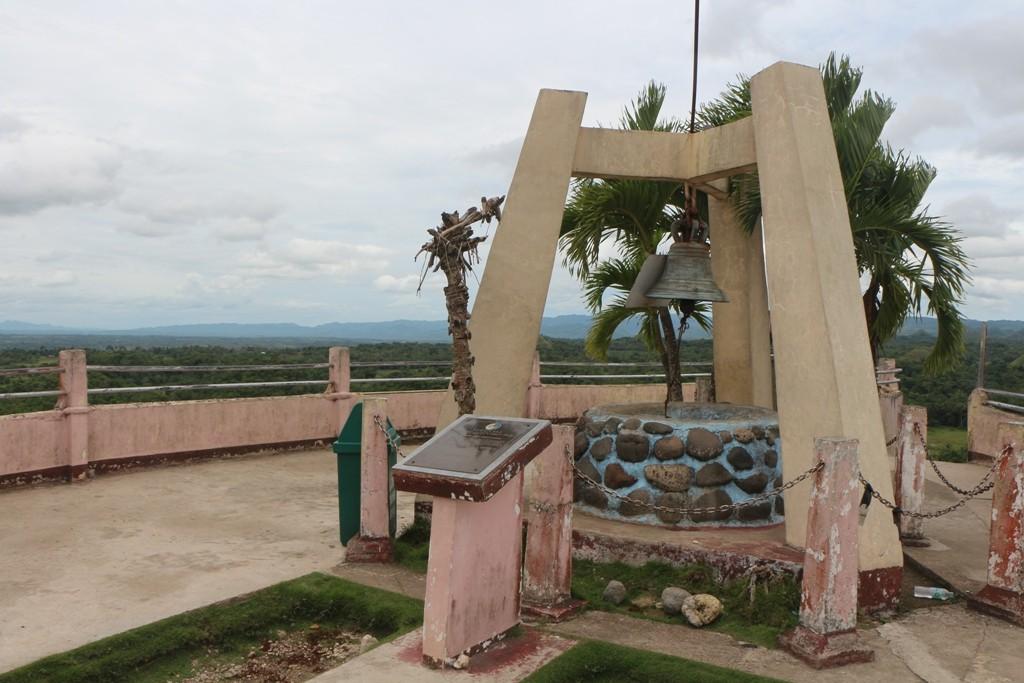 """Auf dem Aussichts- oder Panoramapoint der Chocolate Hills mit der """"Guten Wunsch Glocke""""!"""