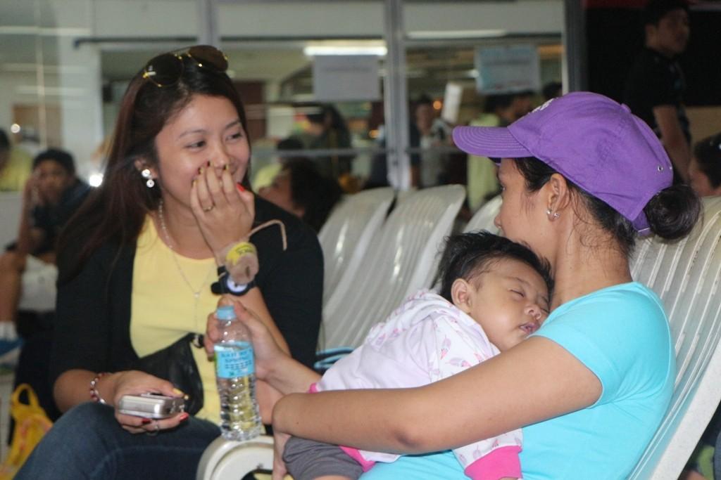 """Mama mit Kleinkind, Handy und Freundin mit Handy - Handy ist """"das"""" Utensil der Filipinos"""