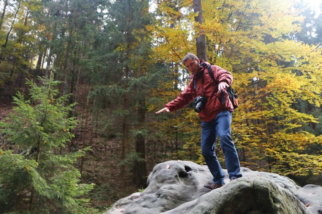 Claus mit vorsichtigen Kletterversuchen!