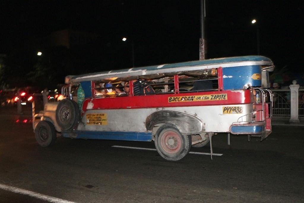 Der überall anzutreffende und sehr preiswerte Jeepney, ein Verkehrsmittel für Otto Normalfilipino!