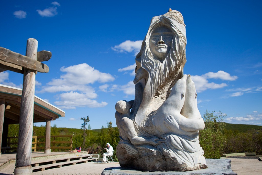 Eine wunderschöne Inuit-Skulptur vor dem Visitorcenter in Inuvik