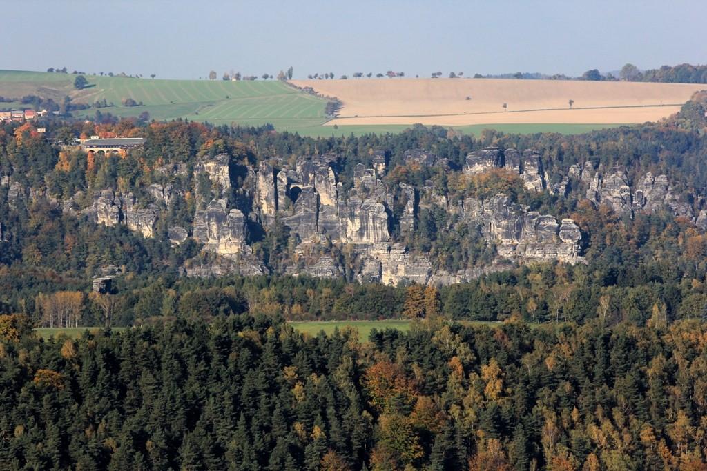 Bei entsprechendem Wetter sind die Felsformation der Bastei beim Kurort Rathen gut zu erkennen