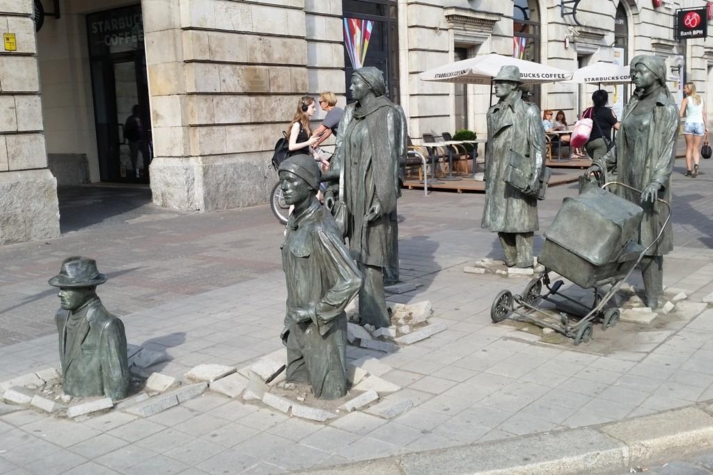 Installation Przejście (Passage oder auch Übergang) von 14 in Bronze gegossenen Passanten