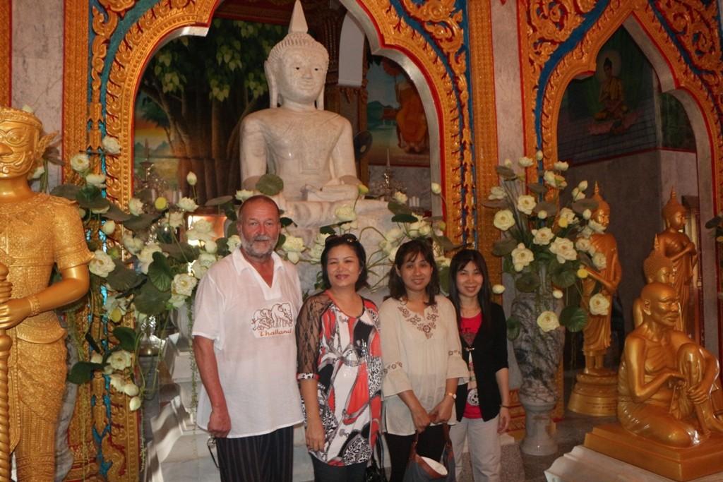 ...ich inmitten gläubiger Buddhisten