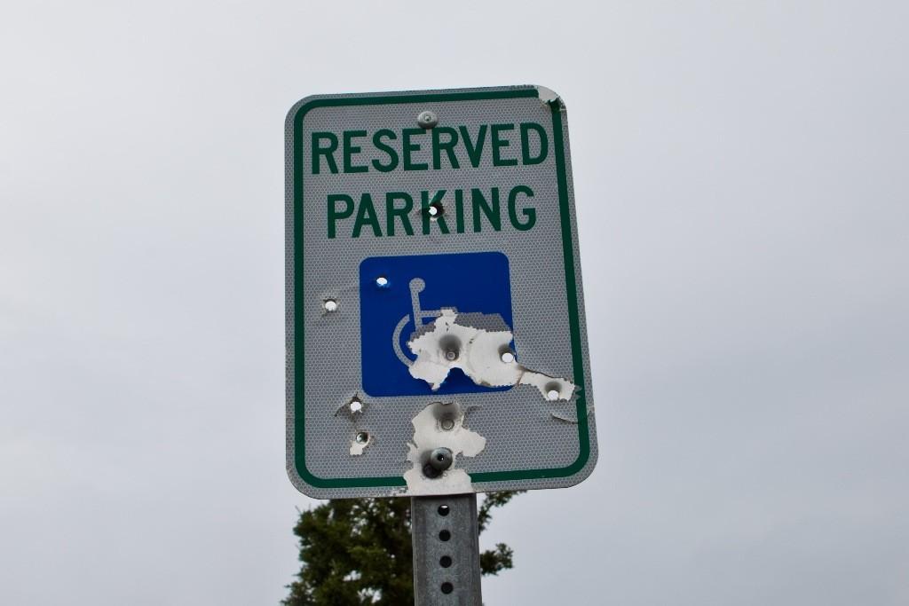 Wie leider überall hier in der Region Alaskas ballert man mit scharfen Waffen aus purer Lust an der Freude auf Verkehrsschilder!