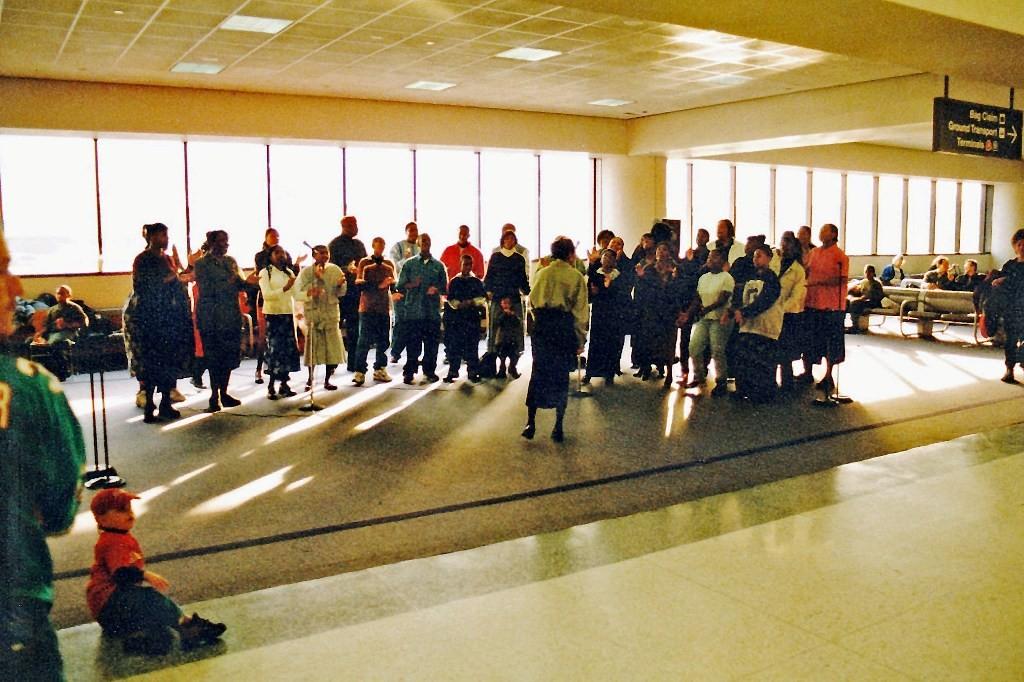 Christlicher Gospel Chor im Terminal von New Newark, eine gelungene Begrüßung der gelandeten Fluggäste
