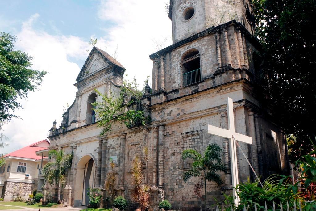 Die St. Nicholas - Pfarrkirche ist die älteste in der Provinz Negros Oriental. Leider sieht sie auch so aus!! Erbaut, so las ich um 1796.