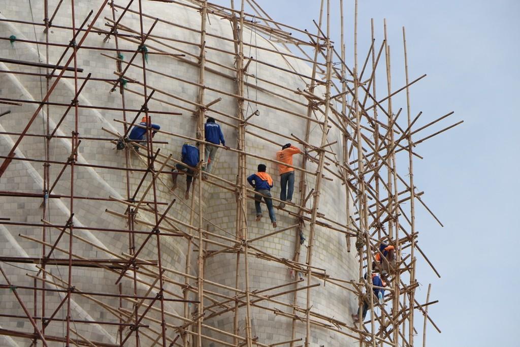 """...burmesische Restaurierer auf dem """"Gerüst""""- Arbeitsschutz ist Fehlanzeige"""