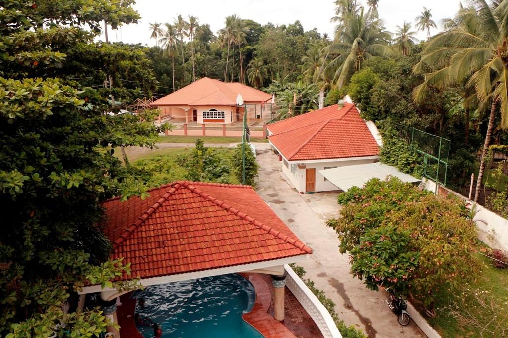 Blick vom Dachaufbau auf die Einfahrt des Resorts! Vorn links der Swimmingpool und hinten rechts der Privat- und Lagerbereich der Mom Grace