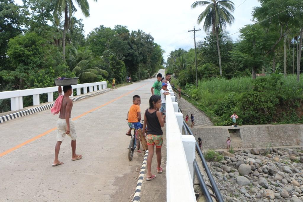 Jugendliche aus Pamplona an und auf der neuen Brücke...