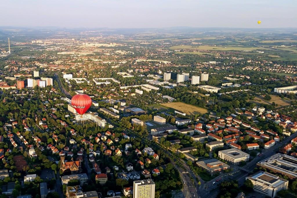 Wir fahren hoch über den Fritz-Förster-Platz und sehen den Zellschen Weg, links unten Lukcaskirche mit Schweizer Viertel, rechts TU Gebäude, etwa Bildmitte die HH der Räcknitzhöhe, der Ballon seht über dem Andreas-Schubert Bau der TU