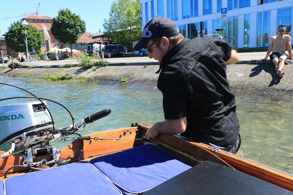 Mit wenig Mühe kann Martin den für Bodensee Verhältniss zugelassenen Honda Motor starten