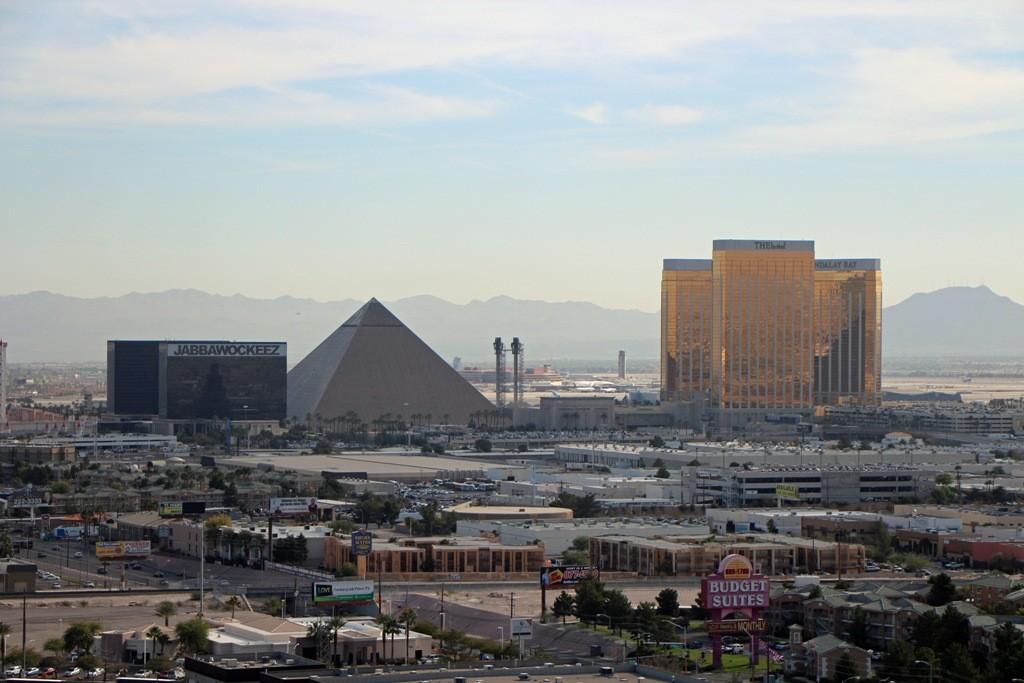 das südliche Ende des Las Vegas Blvd. mit vier großen Hotel-Casinos in Reihe geschaltet