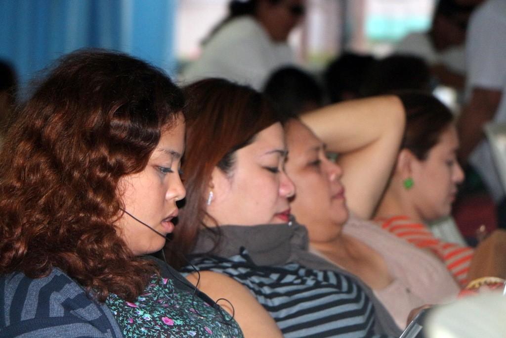 ...und wieder das gleiche Bild, alle drei Frauen fummeln an Handy´s oder Tablet´s herum!