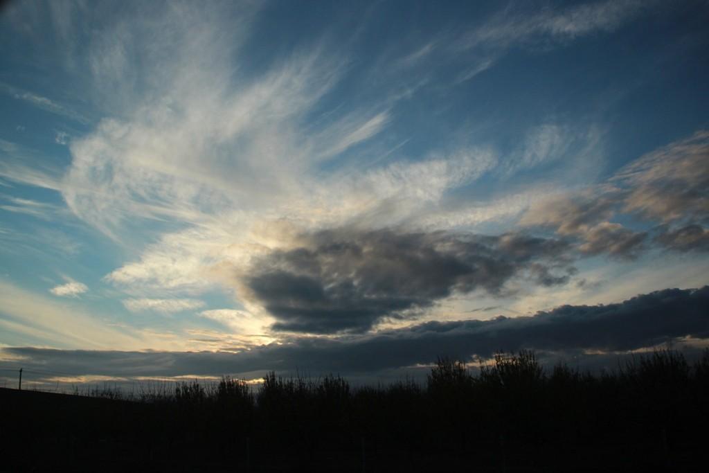 Auf der Fahrt in Richtung Süden auf der I 5 ziehen schon dunkle Wolken auf.