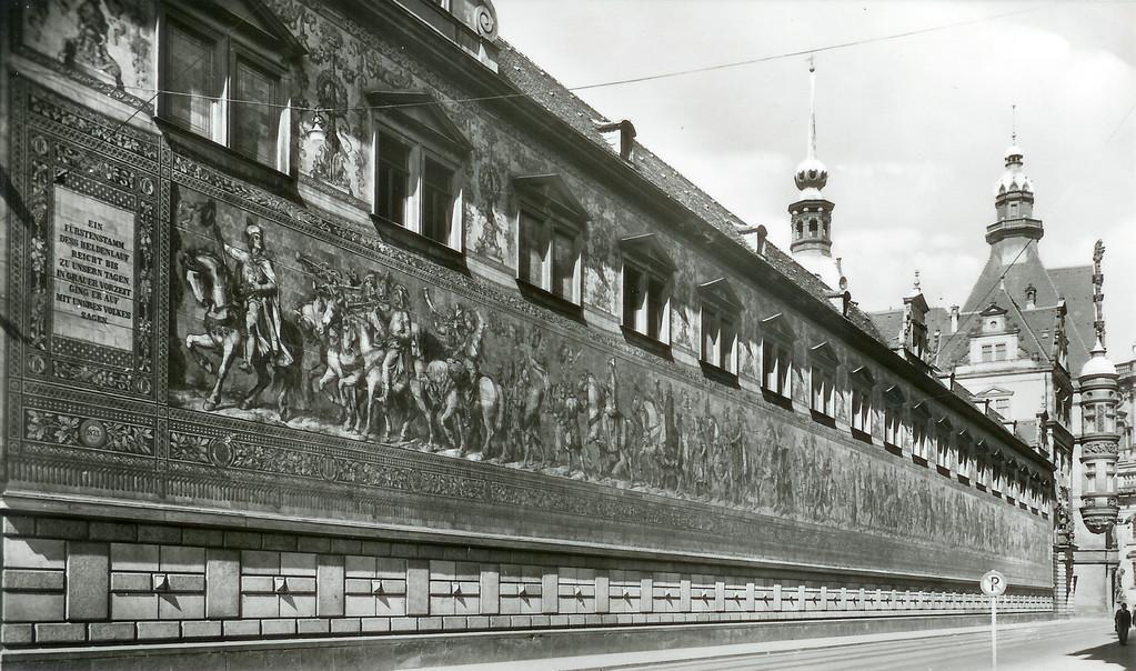 Dresden - Augustusstr., Fürstenzug v. W. Walther, Georgentor