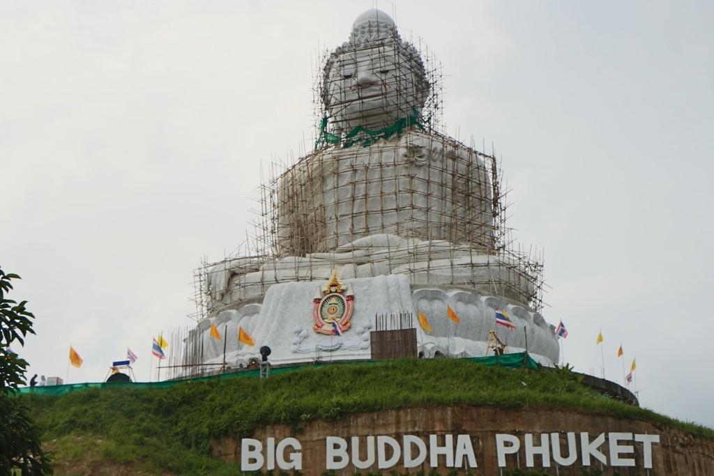 Die Big Buddha Statue, wie zu sehen, noch immer mit Restaurationsgerüst