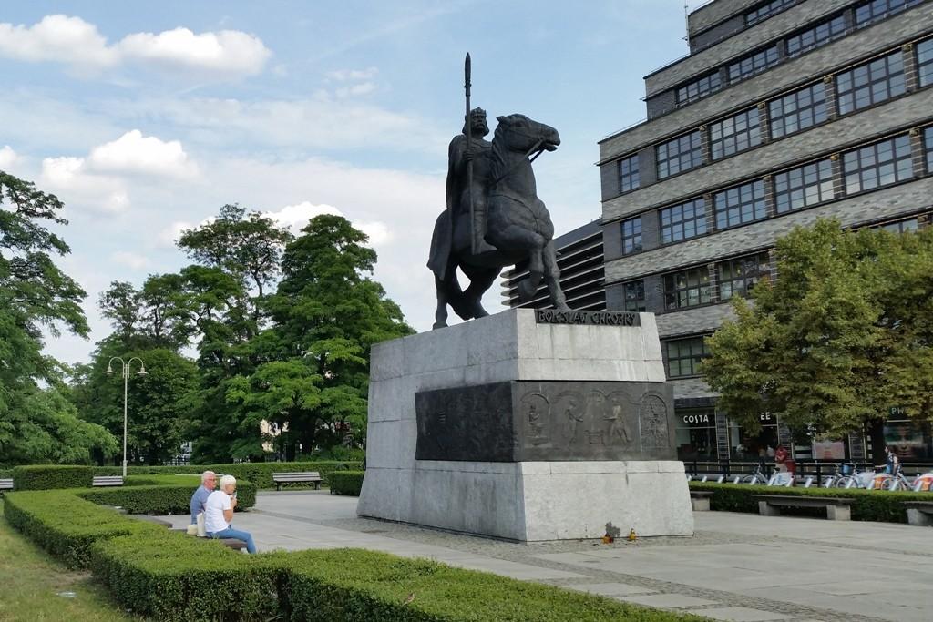 Das Denkmal erinnert an Bolesław I., der ab 992 Herzog von Polen war und im Jahr 1025 zum ersten König von Polen gekrönt wurde.