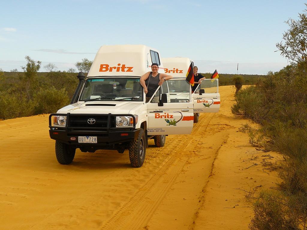 Zufahrt zum Murchison River-Nature Reserve im Kalbarri NP mit Frauenpower und Flagge zeigen