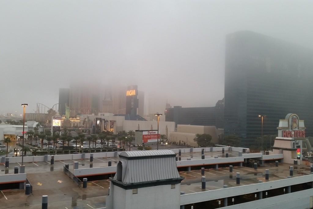 Abfahrt in Las Vegas, dicker Nebel über der Stadt!