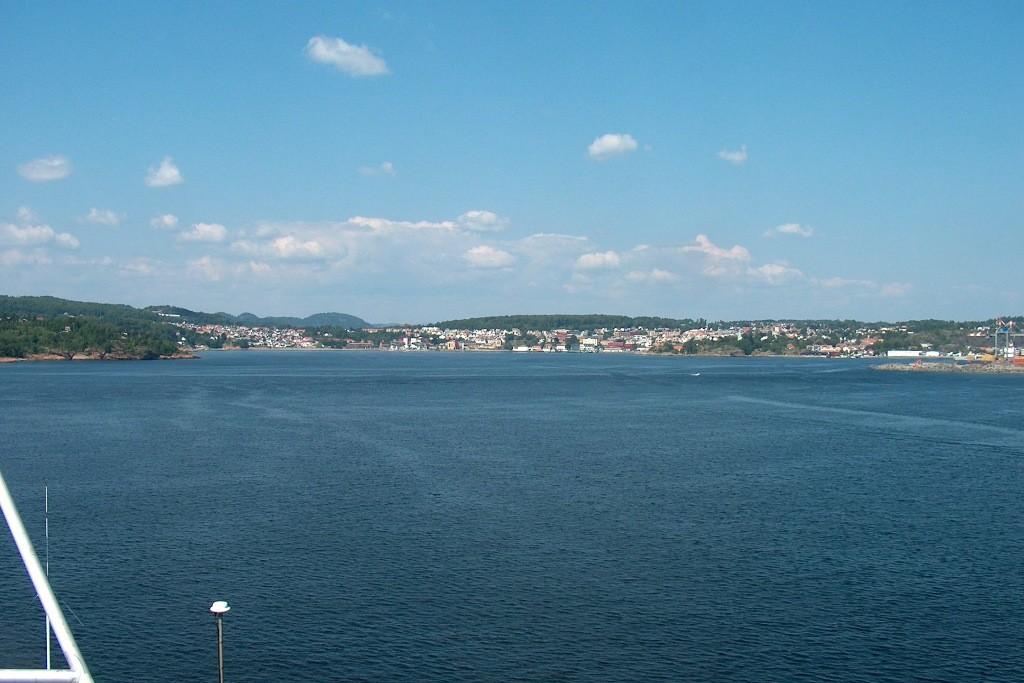 Vor uns liegt die norwegische Küste mit Blick auf Larvik.