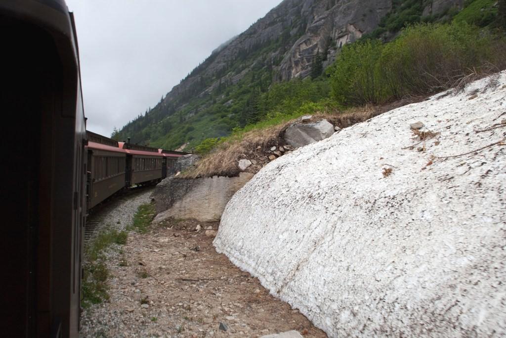 An einem Schnee- bzw. Eisfeld vorbei in Richtung White Pass
