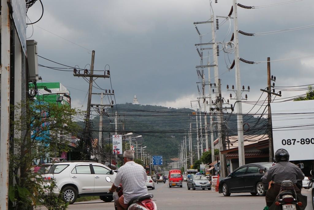 ...diese Straße führt zur 6 Km entfernten Big Buddha Statue