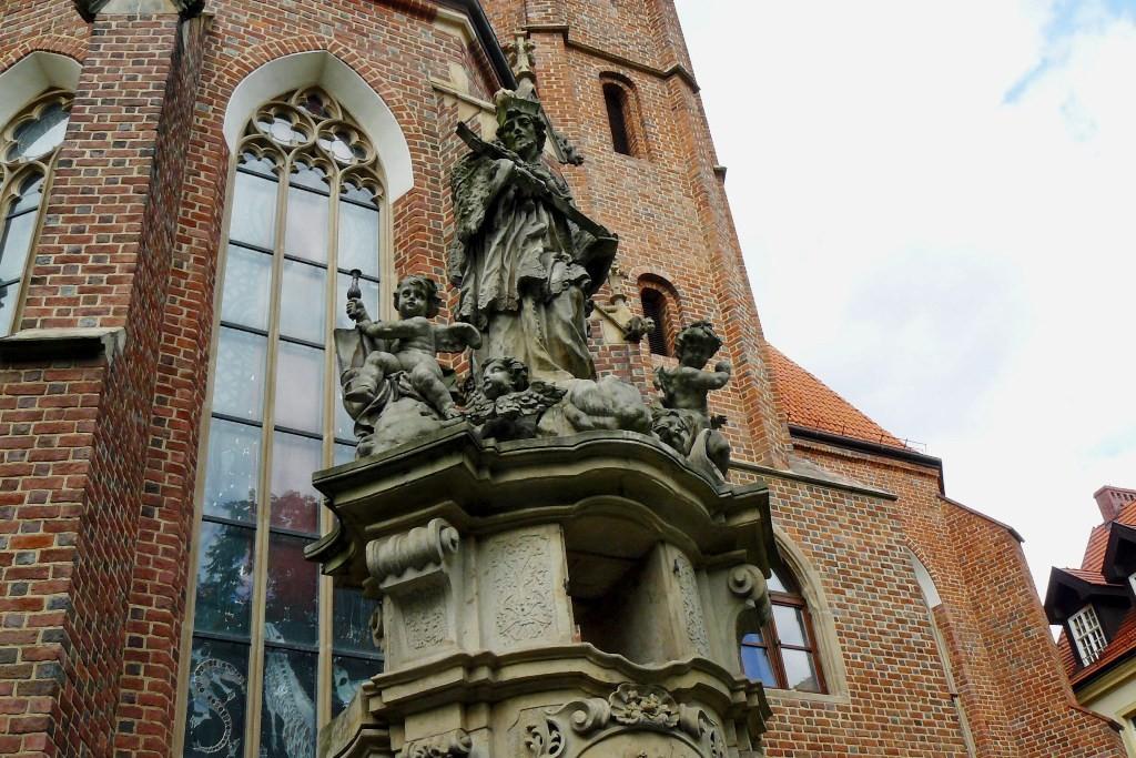 Skulptur/Denkmal des Heiligen Nepomuk vor der Kirche des St. Matthias (Kościół pw św Macieja)