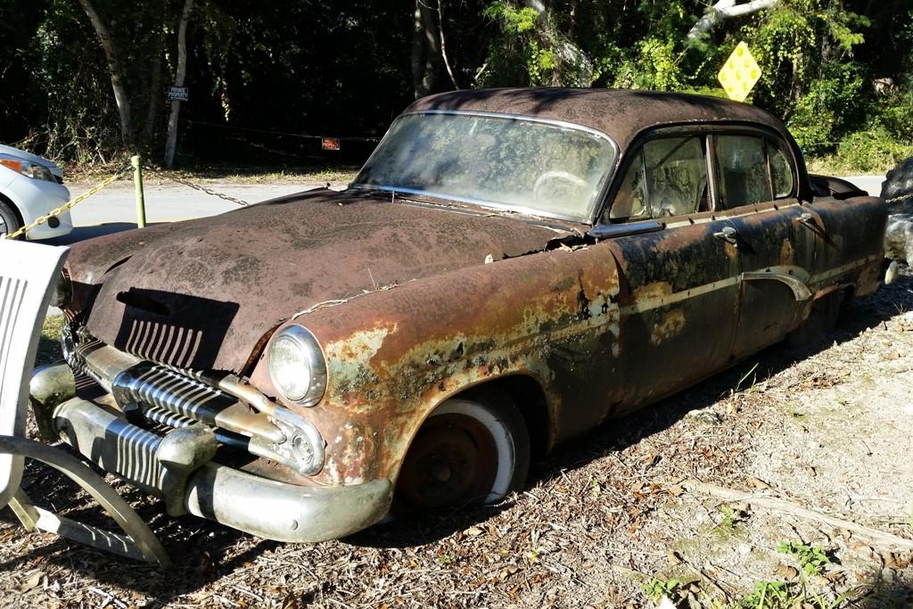 """Die alte """"Rostlaube"""", ein ´54er Dodge mit gar seltsamen Insassen, siehe nächstes Foto!"""