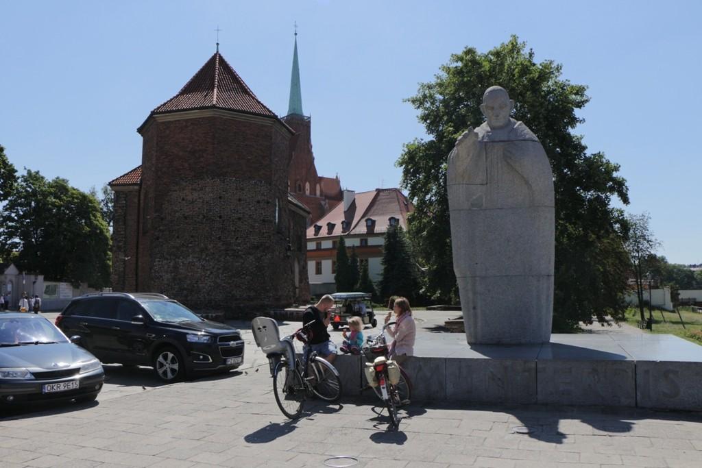 Die Kirche des hl. Martin, im Vordergrund die Statue von Papst Johannes XXIII.