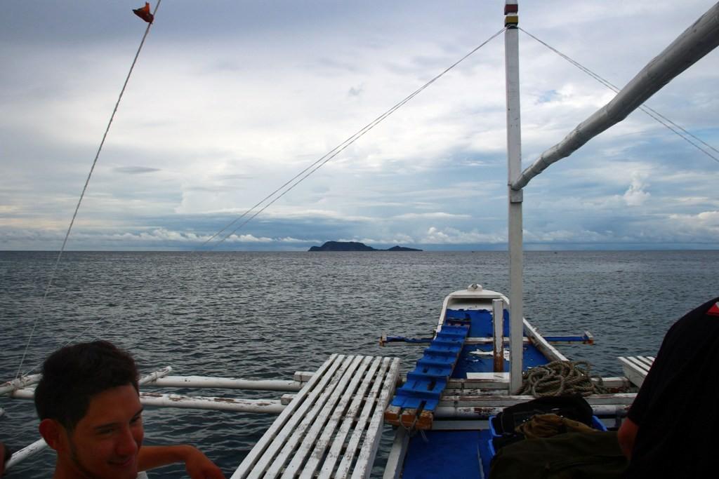 Start zur Tauch- und Schnorchelfahrt zum etwa 3 km enternten Apo Island bei noch vertretbaren Wetter