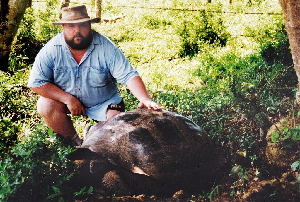 Udo hat sich an den sanften Riesen heran getraut, die in der Nähe der Darwin Research Station war