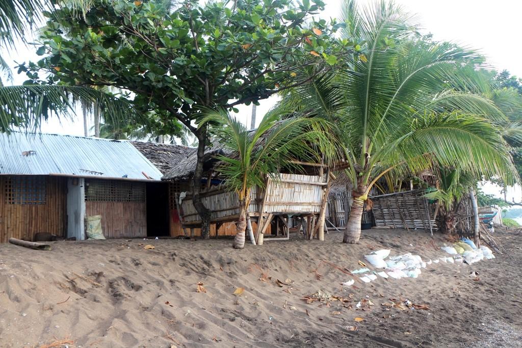 ...ärmliche Fischerhütten am Strand!
