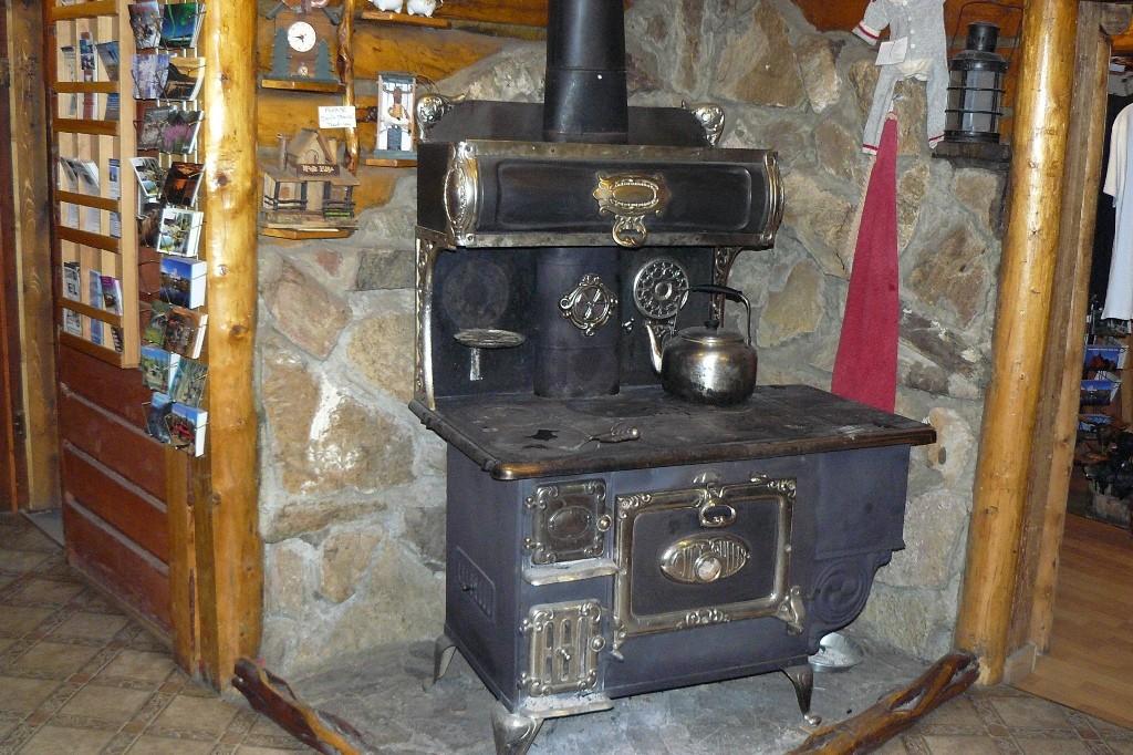 """In der Lodge steht die antike """"City Queen"""" (Stadt- Königin) mit der einst die warmen Speisen zubereitet wurden"""