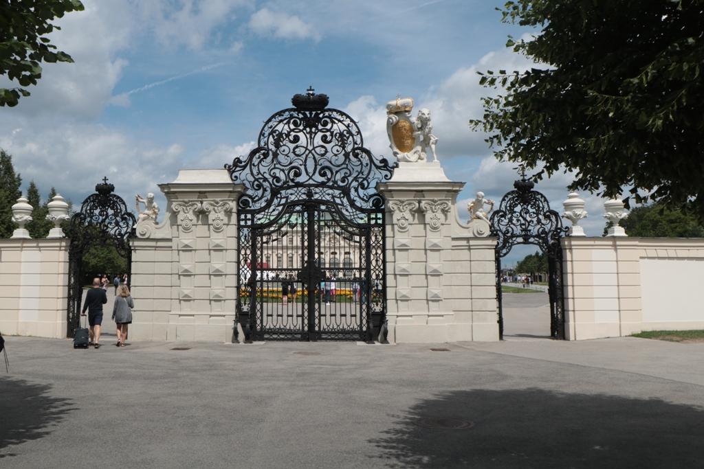 Das Eingangsportal zum Oberen Belvedere war im Juli 2017 mit nur einem Löwen und dem Wappen des Prinzen von Savoyen gekrönt