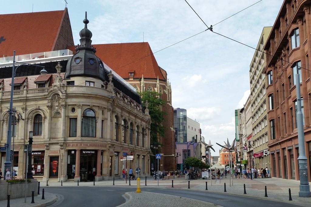 Vorn links das Hotel Monopol, erste Adresse in Breslau, im Hintergrund die Kirche des hl. Stanislaus, Wenzel und Dorothy