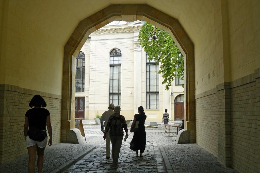 Eingang zum Innenhof der Synagoge zum Weißen Storch