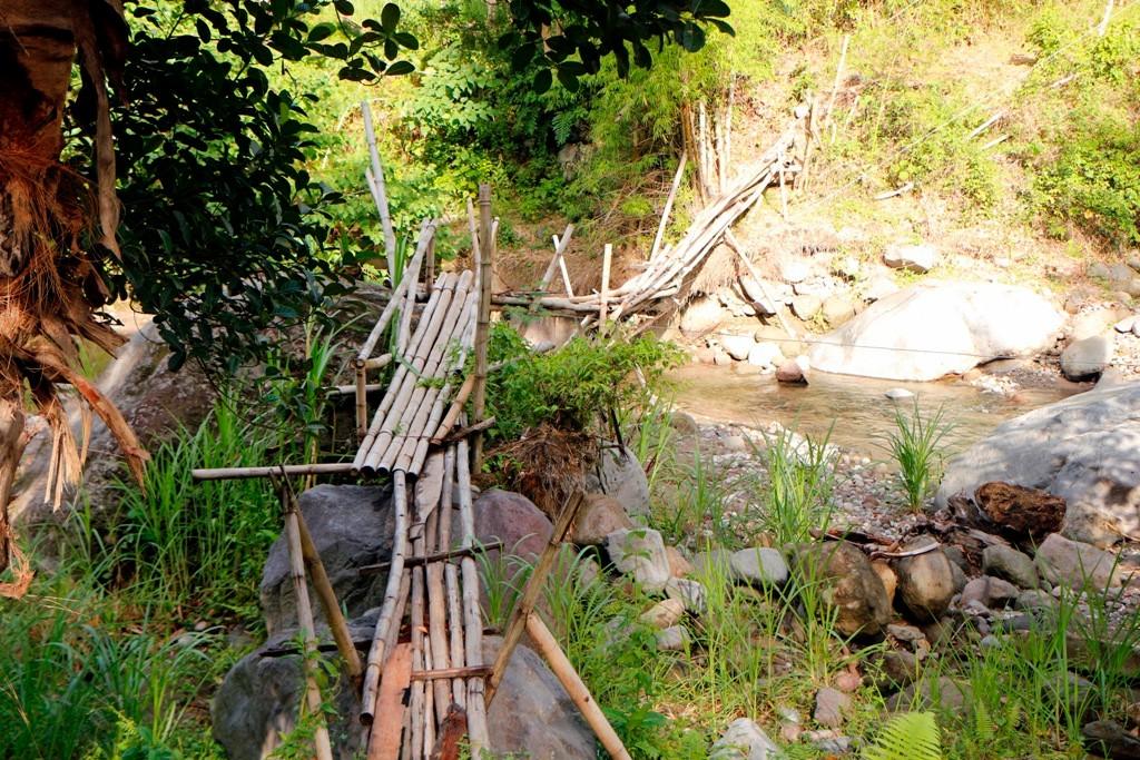 """Über diese """"Brücke"""" geht man zum anderen Flussufer, na vertrauenserweckend sieht eher anders aus!"""